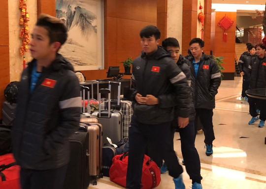 Đức Chinh đùa dai với Tiến Dũng trong ngày U23 được miễn tập luyện - Ảnh 2.