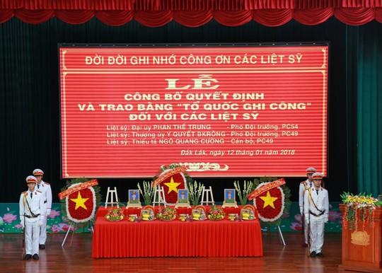 Trao bằng Tổ quốc ghi công cho 3 công an hy sinh trong vụ nổ ở Đắk Lắk - Ảnh 1.