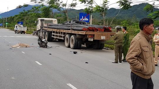 Nữ sinh viên chết thảm sau va quẹt với xe tải - Ảnh 1.