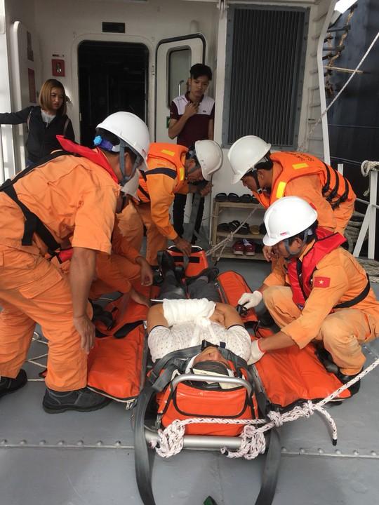 Khẩn trương đưa 2 thuyền viên nước ngoài vào bờ cấp cứu - Ảnh 1.