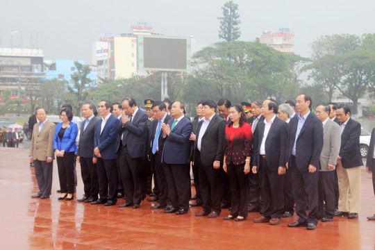 Thủ tướng dâng hoa Tượng đài Nguyễn Sinh Sắc - Nguyễn Tất Thành - Ảnh 1.