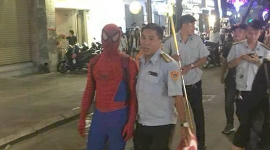 Tranh cãi việc bắt người nhện ở phố đi bộ Nguyễn Huệ - Ảnh 1.