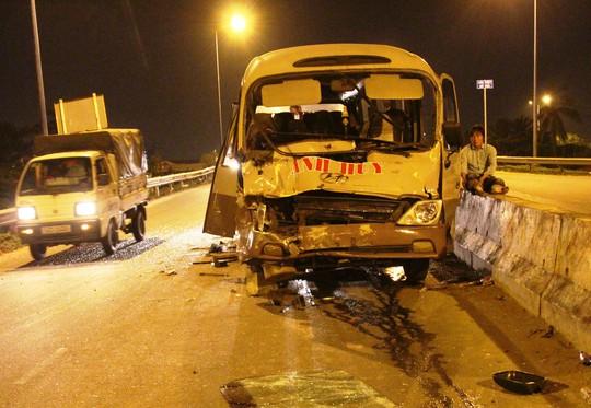Hơn 10 người kêu cứu trong chiếc xe khách biến dạng - Ảnh 2.