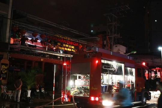 Nổ tại nhà hàng ở Nha Trang, 2 chiến sĩ PCCC bị bỏng - Ảnh 1.