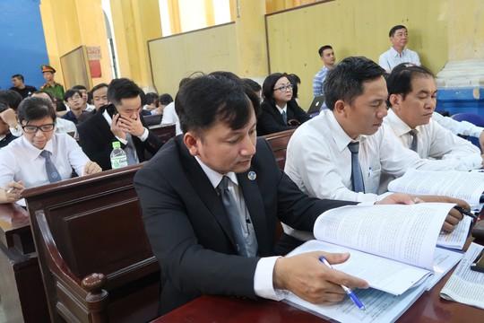 Tòa xử đại án Trầm Bê: Trầm Bê vui vẻ, Phạm Công Danh than mệt - Ảnh 4.