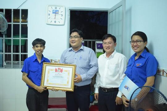 """Thành đoàn TP HCM khen thưởng """"thầy giáo"""" lớp học đặc biệt - Ảnh 2."""