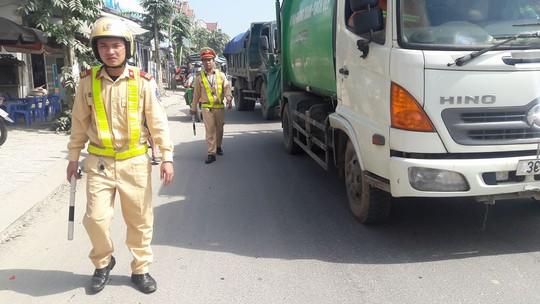 Dân rào đường phản đối xe tải chở đất gây ô nhiễm - Ảnh 7.