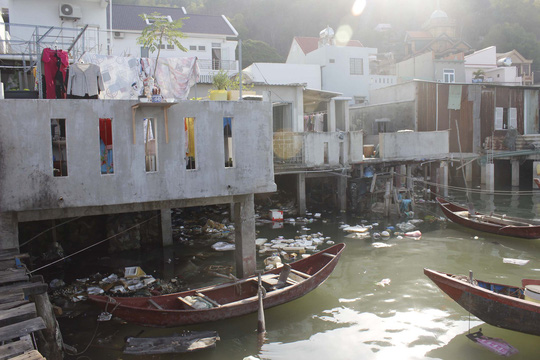 Rác thải ngập kênh Bến Đình - Ảnh 1.