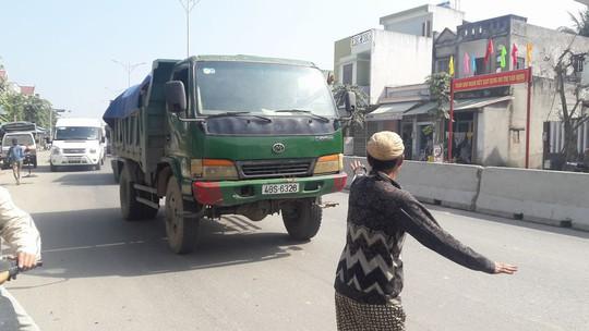 Dân rào đường phản đối xe tải chở đất gây ô nhiễm - Ảnh 4.