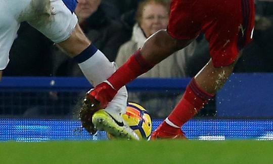 Tiền đạo West Brom sút gãy chân đối thủ - Ảnh 3.