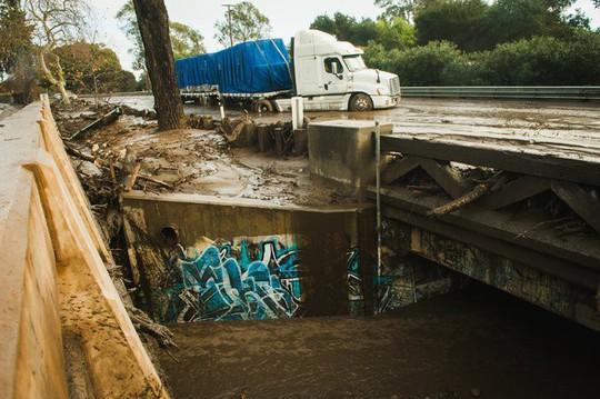 California: Dòng sông bùn ập tới, ít nhất 13 người chết - Ảnh 5.
