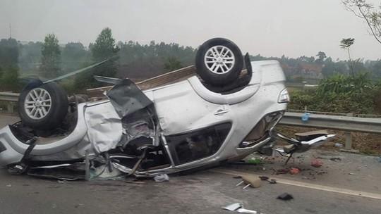 6 người kêu cứu trong chiếc Fortuner lật ngửa, trên cao tốc - Ảnh 1.