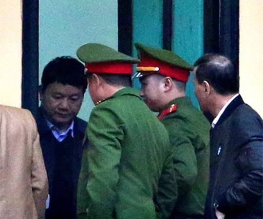 Ông Đinh La Thăng mặc áo khoác xanh tới tòa
