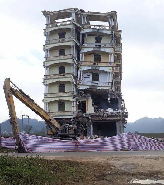 Phá dỡ ngôi nhà 7 tầng của ông trùm ma túy Tàng Keangnam - Ảnh 1.
