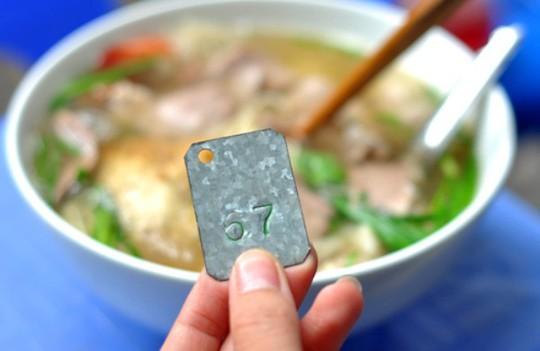 Những quán ăn phải xếp số nhưng vẫn nườm nượp khách ở Hà Nội - Ảnh 2.