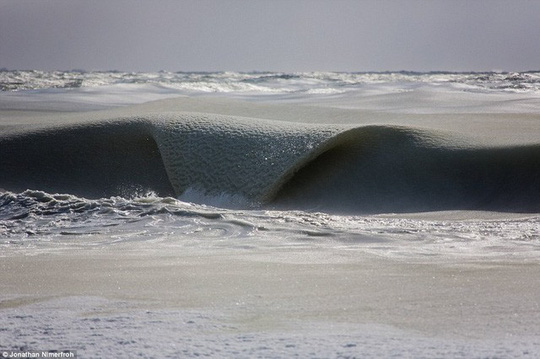 Sóng biển đóng băng trong đợt lạnh kỷ lục ở Mỹ - Ảnh 2.