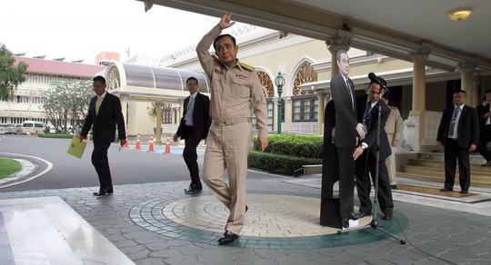 Thủ tướng Thái Lan nhường hình nhân bìa cứng tiếp báo giới - Ảnh 1.