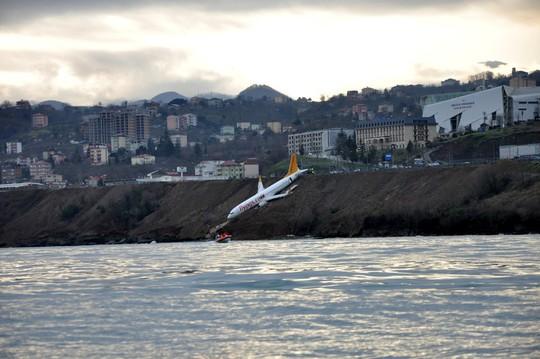 """Máy bay chở 160 người trượt khỏi đường băng, """"treo"""" trên vách đá - Ảnh 2."""