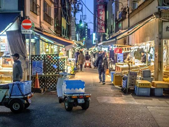 Chợ cá lớn nhất thế giới ở Nhật Bản - nơi bán những con cá triệu USD - Ảnh 1.