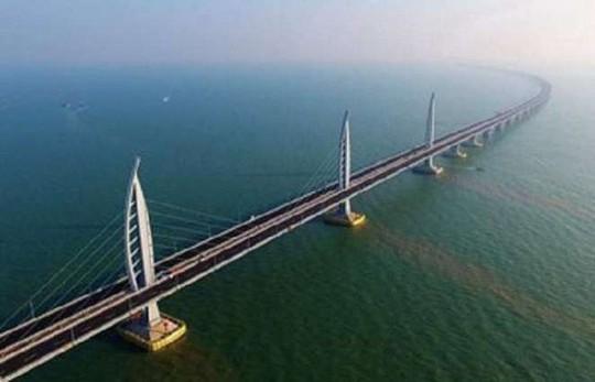 Trung Quốc xây dựng đường hầm cao tốc dài hơn 10km xuyên qua hồ nước - Ảnh 1.