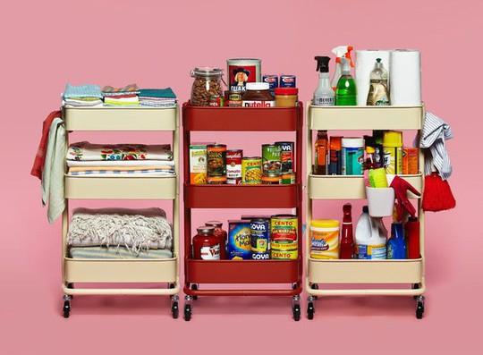 Bí kíp sắp xếp căn bếp gọn gàng mà không cần cabinet chứa đồ - Ảnh 1.