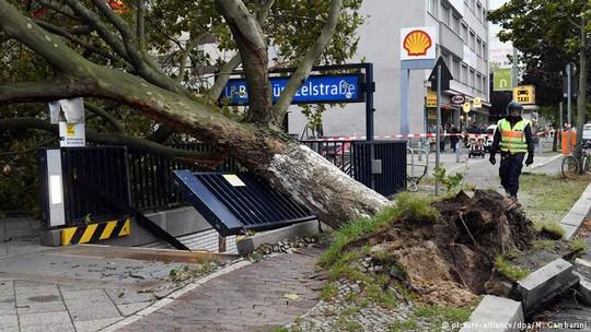 (Video) Bão mạnh càn quét Đức và châu Âu, xe tải lật, người bị thổi bay, 9 trường hợp thiệt mạng