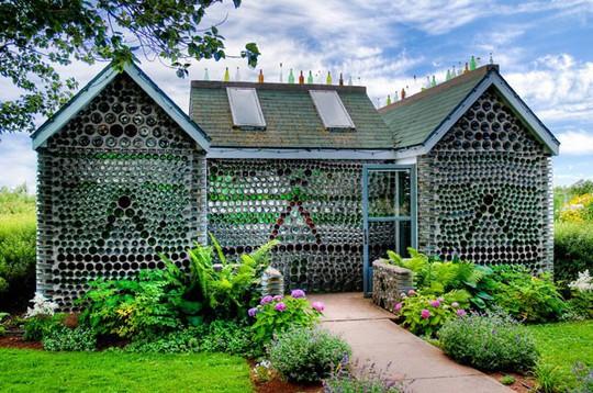 """10 ngôi nhà đẹp """"lạ"""" làm bằng vật liệu tái chế - Ảnh 1."""