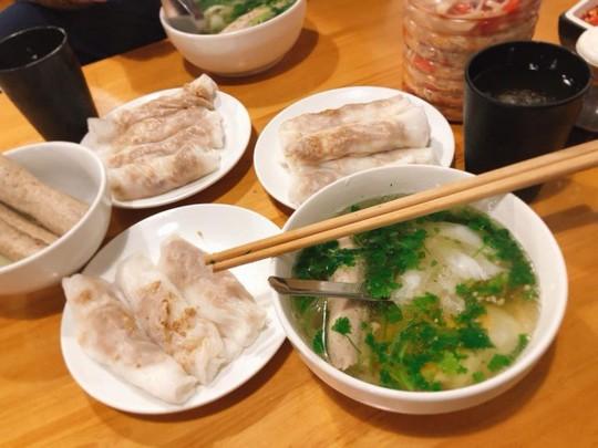 Đặc sản bánh cuốn canh Cao Bằng 'gây sốt' ở Hà Nội - Ảnh 1.