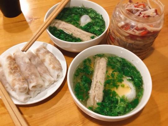 Đặc sản bánh cuốn canh Cao Bằng 'gây sốt' ở Hà Nội - Ảnh 2.