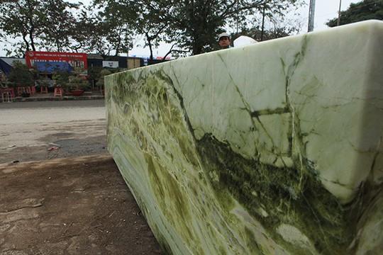 Tấm phản đá xanh ngọc nguyên khối nặng 14 tấn xuất hiện ở Hà Nội - Ảnh 4.