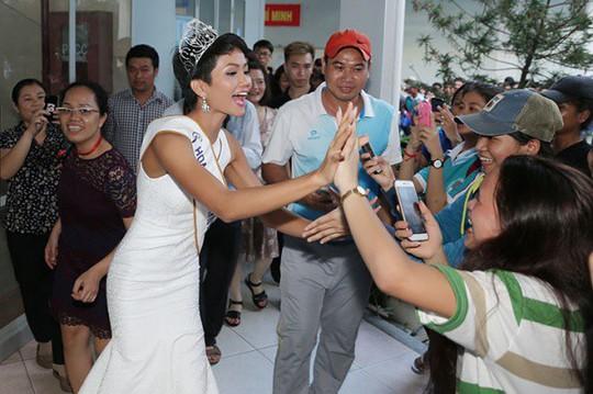 Về thăm trường cũ, HHen Niê được chào đón nồng nhiệt - Ảnh 15.