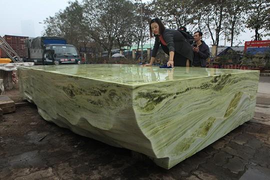 Tấm phản đá xanh ngọc nguyên khối nặng 14 tấn xuất hiện ở Hà Nội - Ảnh 5.