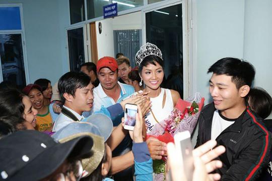 Về thăm trường cũ, HHen Niê được chào đón nồng nhiệt - Ảnh 16.
