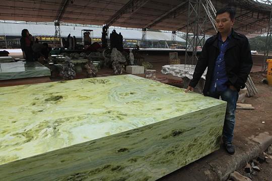 Tấm phản đá xanh ngọc nguyên khối nặng 14 tấn xuất hiện ở Hà Nội - Ảnh 6.