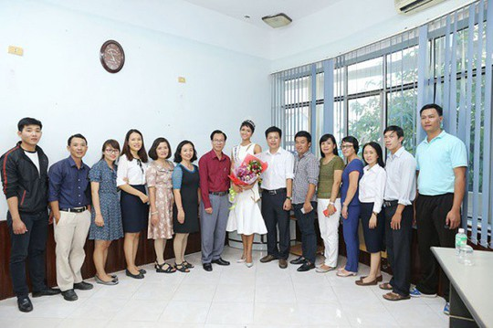 Về thăm trường cũ, HHen Niê được chào đón nồng nhiệt - Ảnh 19.
