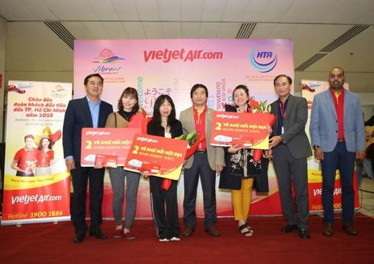 Vietjet tưng bừng chào đón những hành khách đầu tiên năm 2018 - Ảnh 3.