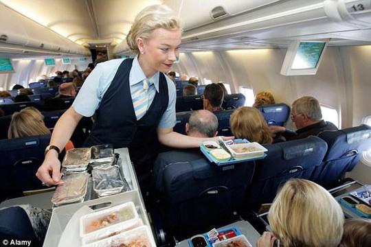 Bạn sẽ không ăn trên máy bay khi biết lý do này - Ảnh 3.