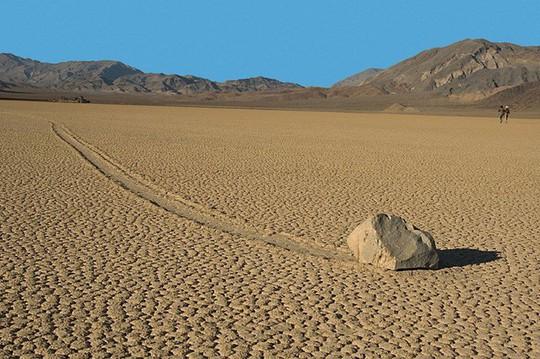Bí ẩn về những hòn đá ma thuật tự dịch chuyển trong sa mạc - Ảnh 3.
