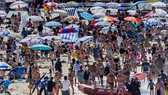 Sydney như lò lửa, dân ùn ùn kéo ra biển - Ảnh 3.