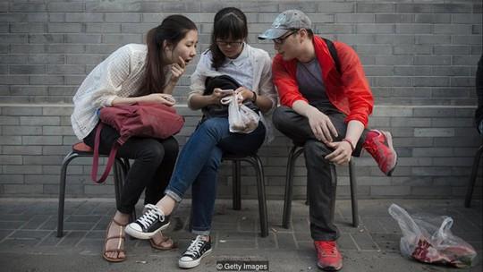 Sử dụng mạng xã hội trước khi ngủ làm tăng nguy cơ mắc bệnh - Ảnh 1.