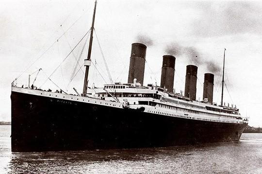 Nhiều người Mỹ tò mò đi thăm tàu Titanic chìm 100 năm dưới biển - Ảnh 1.
