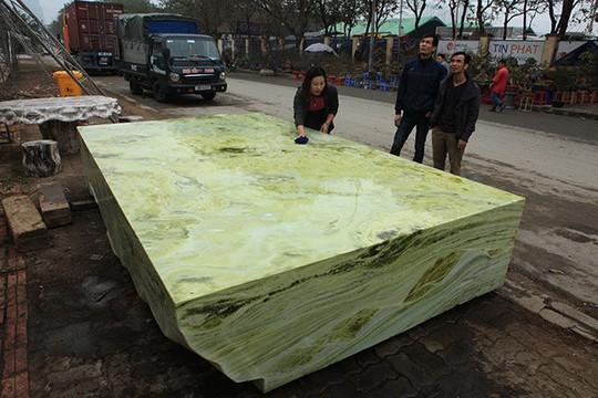 Tấm phản đá xanh ngọc nguyên khối nặng 14 tấn xuất hiện ở Hà Nội - Ảnh 1.