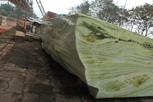 Tấm phản đá xanh ngọc nguyên khối nặng 14 tấn xuất hiện ở Hà Nội - Ảnh 7.