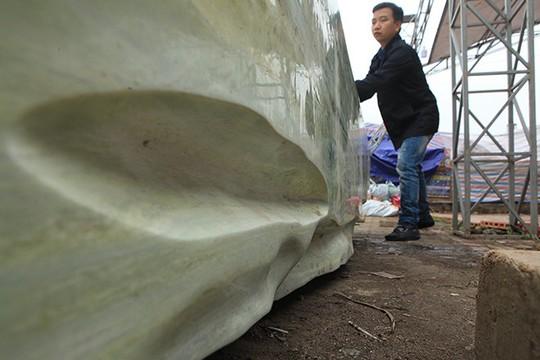 Tấm phản đá xanh ngọc nguyên khối nặng 14 tấn xuất hiện ở Hà Nội - Ảnh 8.