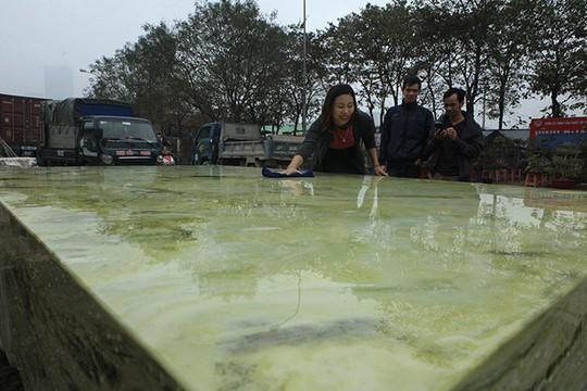 Tấm phản đá xanh ngọc nguyên khối nặng 14 tấn xuất hiện ở Hà Nội - Ảnh 9.