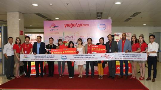 Vietjet tưng bừng chào đón những hành khách đầu tiên năm 2018 - Ảnh 4.