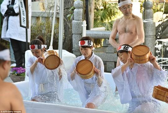 Người Nhật tắm nước đá đầu năm để lấy may - Ảnh 5.