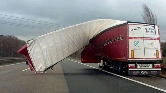Bão mạnh càn quét châu Âu, xe tải lật, người bị thổi bay - Ảnh 4.