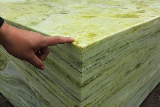 Tấm phản đá xanh ngọc nguyên khối nặng 14 tấn xuất hiện ở Hà Nội - Ảnh 12.