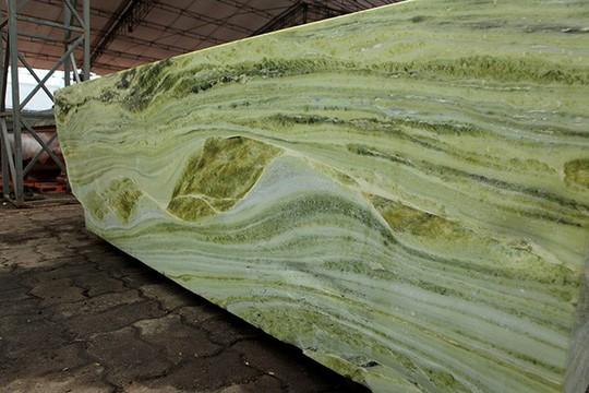 Tấm phản đá xanh ngọc nguyên khối nặng 14 tấn xuất hiện ở Hà Nội - Ảnh 13.